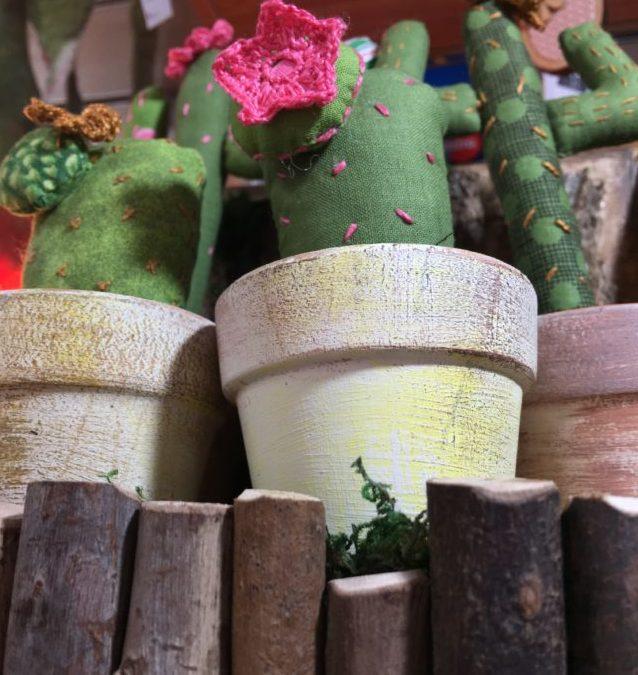 Cactus hechos en patchwork con aplicaciones en crochet.